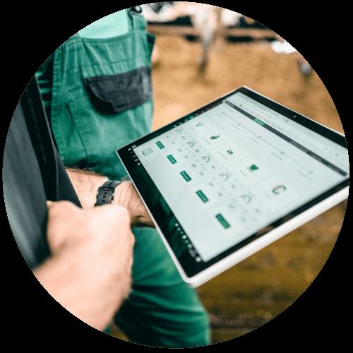 Berater, Landwirt und Technik arbeiten bei fodjan gemeinsam